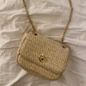 Söt axelväska från H&M, är i nyskick & använd 1 gång. Den är vit med lite guldglitter & guldkedja. Har ett fack inuti. 130kr inklusive frakt.