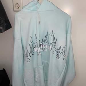 Superfin ljusblå hoodie med flammor på som jag inte får någon användning för 🥰💕😍