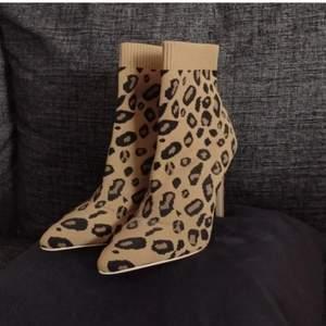 Leopardmönstrade klackskor i storlek 38, nyskick. Klack höjd: 1dm. Säljer dem för 149 kr och fri frakt. Skickar med PostNord. Betala snabbt och smidigt med Swish så skickar jag varan inom en dag. Kontakta mig vid intresse 🌺