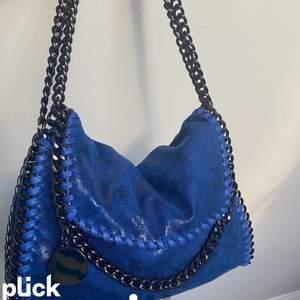 Säljer denna Stella McCarteny inspirerade väska. Väldigt populär just nu och så fin💕säljer endast vid bra bud, buda i kommentarerna💕hör av er privat vid frågor eller funderingar. Bilden är lånad, säljer även i svart🌸🌟köp direkt för 600