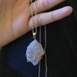 Hemmagjord halsband, säljer den för 45kr. Kan mötas upp i Farsta eller i Liljeholmen