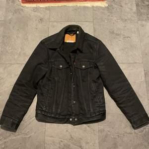 Jackan är i storlek xs men passar s. Den är i vintage condition men inga flaws. Funkar perfekt för höst och vår väder. Buda gärna👍🏽