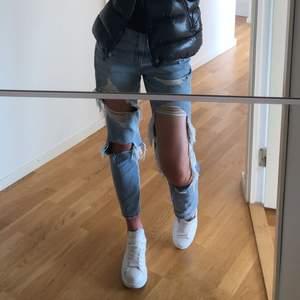 Säljer dessa jeans från american eagle som jag köpte på zalando för de inte kommer till användning ❣️ ser ut som nya och är köpta för 700kr ✨ står att det är storlek EU 4 regular och skulle säga att det passar nån som är 34/36☺️ köp direkt för 450kr + frakt