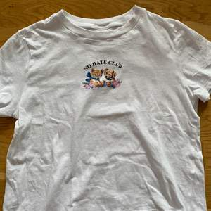 T-shirt från HM med jätte gulligt tryck.Knappt använd och sälj pga att den inte kommer till användning.Strl M.Betalning sker via swish💞