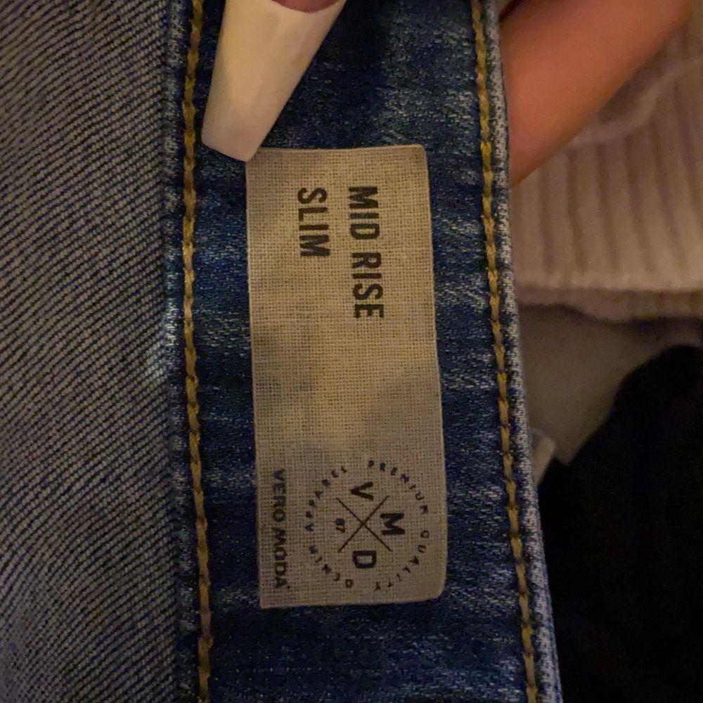 Såå sköna mid rise skinnyjeans från Vero Moda i stretchigt material. Knappt använda men minns ej vad de köptes för. Skriv för mer info/bilder💕. Jeans & Byxor.