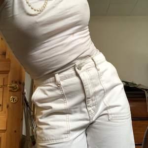 Ascoola vita byxor. Står storlek 40 men skulle säga att de är lite mindre i modellen !