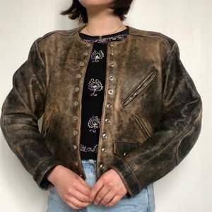 Cool vintage läderjacka i äldre modell. Äkta läder. Snygga detaljer som fickor, knappar och sömmar.❗️Köparen står för frakten❗️Skriv om du har några frågor🌸🌟