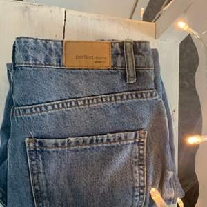 Mom jeans från Gina i en mörkblå färg i storlek 34