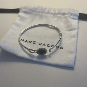 Oanvänt Marc Jacobs armband som legat i min smyckeskrin sedan jag fick de i present för något år sedan, givetvis äkta! Pris: 350kr plus frakt , nypris 999kr
