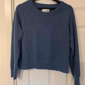 Samsoe Samsoe tröja i jättefint skick. Nypris är 1200 kr. Väldigt mjuk och superfin färg i storlek S. Det är bara att kontakta ifall ni har frågor :)
