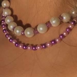 Två pärlhalsband                                                          Översta med stora vita pärlor och mindre lila diamantpärlor - 65 kr⚪️💜⚪️💜                                          Nedre med lila och gammalrosa pärlor - 65kr 💗💜💗💜  Finns som armband, om du har någon annan design som du skulle vilja ha går det att fixa -pärlkombination, mönster, färg mm🌟.                                                          Kolla min profil eller instagram - pearlsmycken, för fler smycken 💓