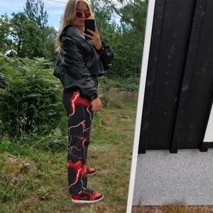 Intressekoll på mina Lightning Jeans från Jaded London!!! Använda kanske 3 gånger av mig, så i nyskick. Är i herrmodell men funkar likabra på vem som:) Frakt tillkommer! Budgivning om många är intresserade