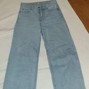 Supersnygga vida och högmidjade jeans från junkyard. Nyskick😊 ger kroppen smickrande form! Lite långa på mig som är 155 cm