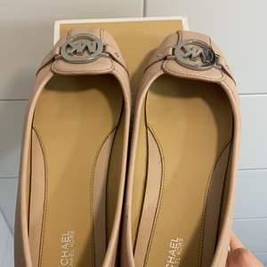 Jag säljer dessa MK skor eftersom de ej går till användning. De är en fin rosa färg och passar perfekt nu till sommar. Skick 8/10, knappt använda. Nypris 1195kr. Priset kan diskuteras vid snabb affär. Köparen står för frakten.