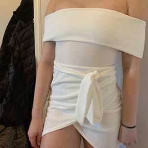 Fin vit klännning som passar bra till student, skolavslutning eller midsommar. Endast testad och tvättas innan leverans. Nypris: 360 kr