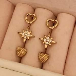 Guldiga örhängen (inte äkta) 10kr/st. Metall är okänd. Frakt är 12 kr. Skriv till mig vid intresse eller frågor. 😊