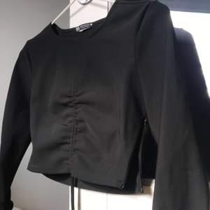 Festtopp från Zara, tyget är lite liknande våtdräkt/badkläder. Möts upp i Örebro och fraktar, köpare står för frakt💜