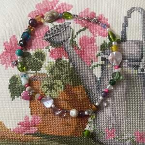 Handgjort halsband med äkta sötvattens pärlor och glas pärlor massa olika unika pärlor på en vackert halsband