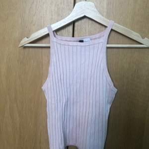 Ribbat linne från HM. Perfekt nu för sommaren. Bra skick. Frakten ingår i priset💕