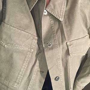 Militärgrön jeansjacka från Zara. Aldrig kommit till användning, prislapp kvar. Storlek S. (Tredje bilden gör färgen mest rättvis)
