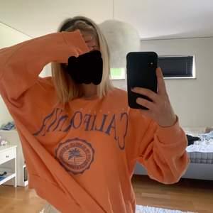 Fin sweatshirt från pull&bear i bra skick💕 Säljes pga att den ej kommer till så mycket användning längre💕 Nypris ca 200kr. Säljer för 100 , superfint skick 💕 Storlek xs men sitter som en S på mig som vanligtvis har xs och är 160cm lång💕