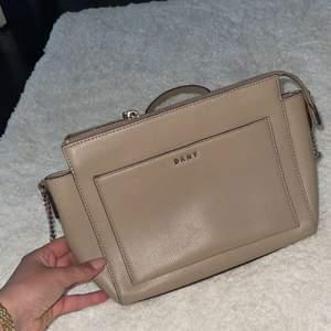 Beige DNKY väska. Säljs pga att den inte kommer till användning.