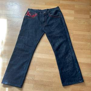 Bandana jeans i väldigt bra skick. Märket är DELF TRADING, INC. INPERIOUS