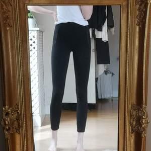 Svarta leggings från FB Sister men coola kedjedetaljer