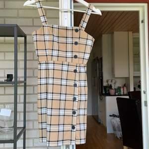 En klänning för 60kr eller båda för 100kr⭐️ super fina och bra för sommaren!  Båda i storlek 32