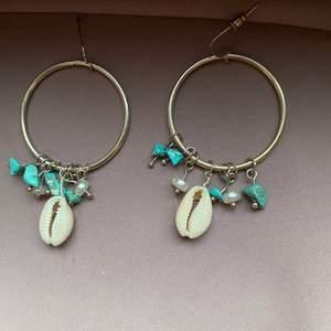 Ett par jätte fina örhängen från glitter ❣️köpt för 60kr men jag säljer den för 25kr. Jag säljer den för att jag tycker inte så mycket om stora örhängen. Kan mötas upp i Malmö 😊