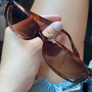 Somriga vintage solglasögon. Bruna med små diamanter, superstark. Som referens säljs liknande vintage glasögon i samma märke för 500-700kr på andra sidor:)