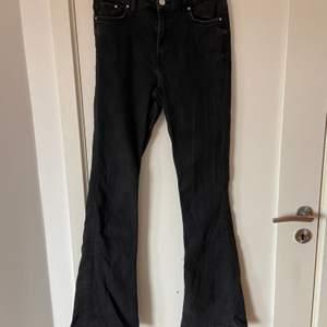 Säljer dessa snygga bootcut/flare jeansen från hm då dom är för korta på mig, annars sitter dom helt perfekt. Storlek 38, midwaist.