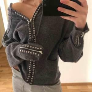 Såå mysig grå stickad hoodie från Hunkydory, väldigt bra kvalité och absolut inte stickig eller liknande. Knappt använd därav väldigt bra skick!  Kan mötas upp i Stockholm, står inte för frakt.💗