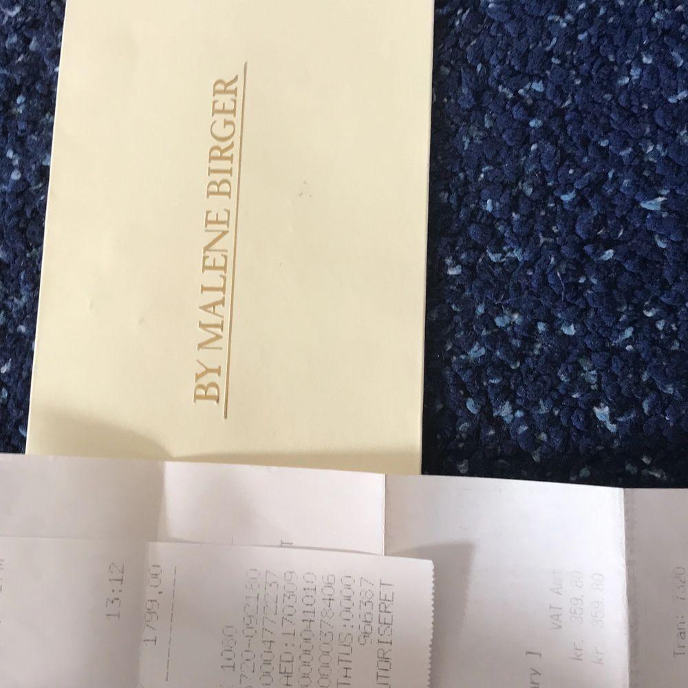 Säljer nu min väska från By Malene Birger. Jag säljer den eftersom den inte kommer till andvändning. Den är köpt för 1799 danska kroner och jag säljer den för 1300kr. Köparen står för frakt! Kan även mötas upp i Malmö. Den är andvänd ett par fåtal gånger i noggrant skick. Vid flera frågor/ bilder kontakta gärna. . Väskor.
