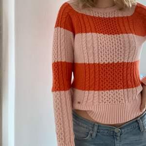 En fin stickad tröja från Lindex i storlek S, den sitter perfekt på mig men kommer tyvärr inte till användning.
