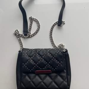 Säljer denna söta väska. Den är lite mindre än vanlig storlek. Säljer pga kommer ej till användning längre. Köparen står för frakt ☺️
