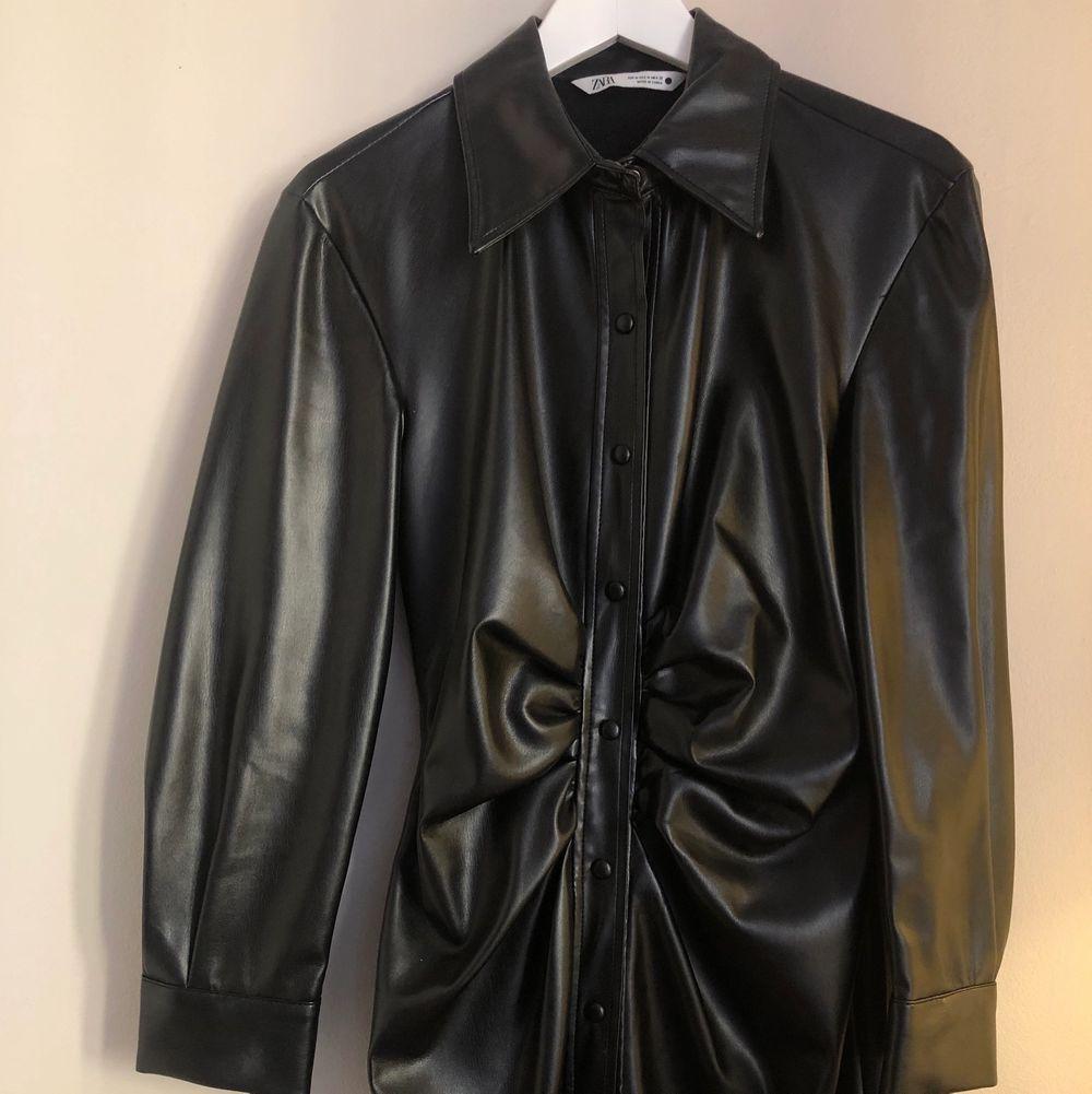 Super cool klänning i skinnimitation/ läderimitation. Aldrig använd. Nypris 700. Klänningar.