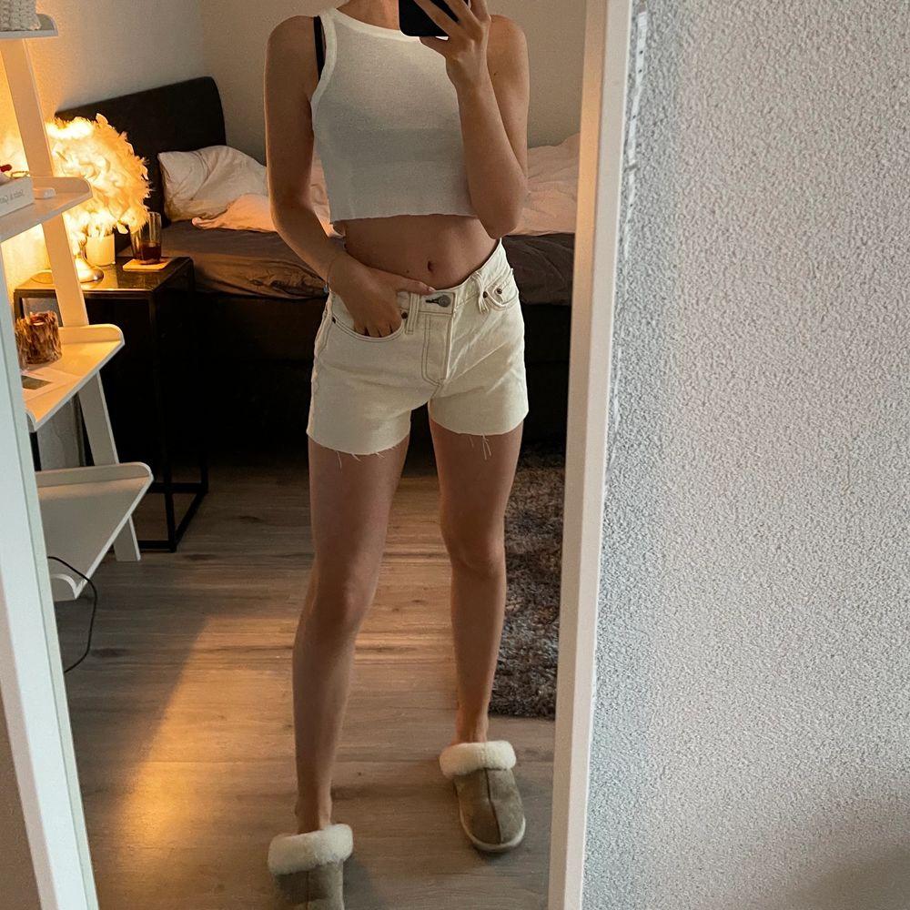 Jätte snygga blekta Levis shorts, storlek 24 så de kan passa en s och xs beroende på hur man vill att de ska sitta. Jeans & Byxor.