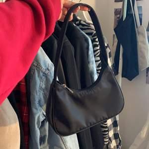 Skit snygg svart väska, helt ny och oanvänd! Frakt:65kr 🥰