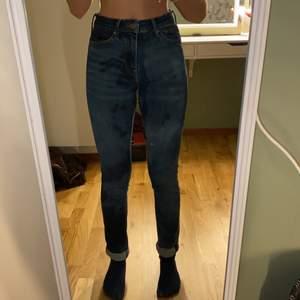Hemblekta mörkblå jeans med passform. Högmidjade och sitter bra. Storlek är lite oklart men passar mig som är 164/32.