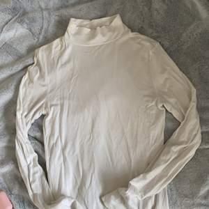 Perfekt att ha under sweatshirt eller t shirt!! Inget fel på den💕💕