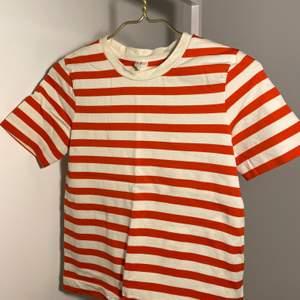Rödvitrandig T-shirt i tjock kvalitet. Helt ny.