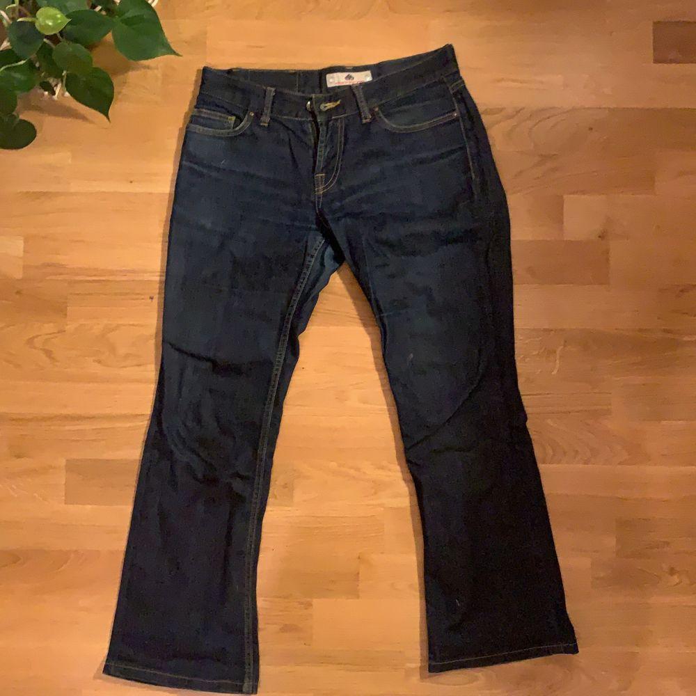 lågmidjade jeans från fornarina köpta secondhand. de är väldigt korta, passar 170cm och neråt. Jeans & Byxor.