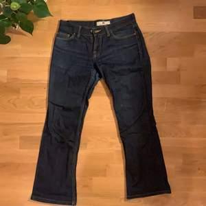lågmidjade jeans från fornarina köpta secondhand. de är väldigt korta, passar 170cm och neråt
