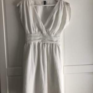 Jättefin klänning som kan användas vid alla tillfällen! Den är i använt skick men fortfarande väldigt fin!