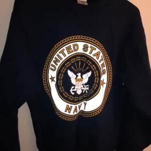 Mörkblå United States Navy sweatshirt med reflextryck. Väldigt bekväm