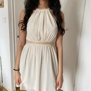 Fin klänning som passar Till xs-s använd bara för en gång