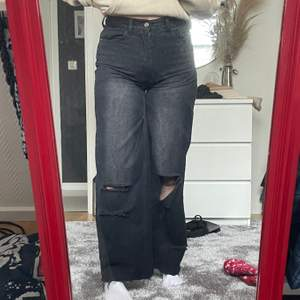 Säljer dessa svarta jeans från boohoo🖤 de är lite insydda i benen! Stl 36                                            Jag är 163