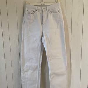 """Straight leg jeans från Weekday. Modell: """"Row"""". Är betydligt mindre i midjan. Passar mer som 25/32. Använda ett fåtal gånger. Mycket bra skick."""
