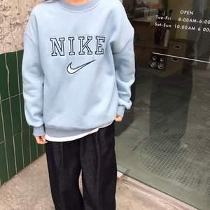 Intressekoll på denna baby blåa samt cream oversized Nike sweatshirten. Skriv gärna i kommentarerna om ni vill att jag ska sälja den här samt liknande. Vilka färger skulle ni i så fall vilja se?